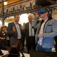 Prof. Dr. Christophe Kunze und Christian Plotzky demonstrieren Ministerpräsident Kretschmann die an der HFU entwickelten Ansätze zum VR-gestützten Skills-Training für Pflegende am Beispiel des endotrachealen Absaugens von Beatmungspatienten.